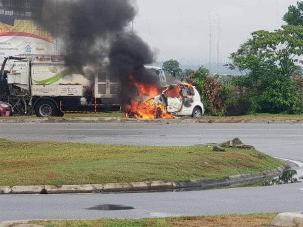 同一个案发现场也在早上发生火烧车事故。(照片取自面子书)