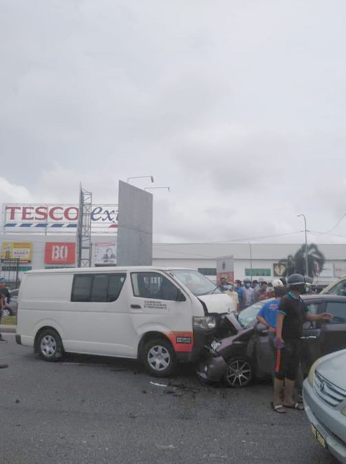 轿车与客货车迎面相撞,车头都撞至严重凹陷。