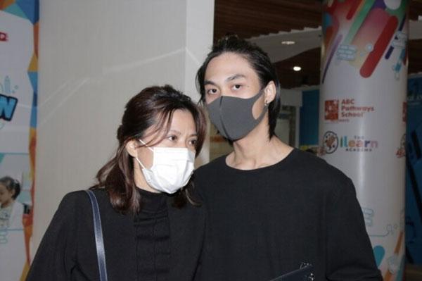 侯珊燕(左)避开镜头,由儿子吴韦仑代表接受香港《壹周刊》访问。