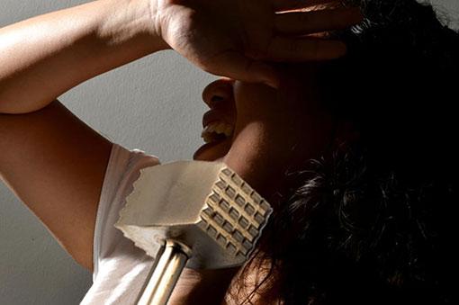 女雇主用肉锤敲断宇妮的牙齿。(示意图)