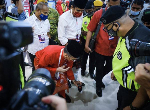 媒体采访希山慕丁时,不慎将麦克风套掉在地上,希山慕丁见状马上将其捡起。(取自希山慕丁面子书)