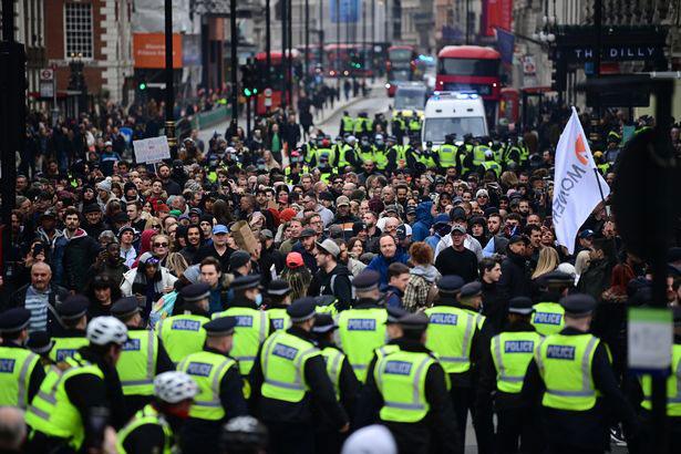 英国伦敦在3月20日爆发示威活动,示威者反对疫情严格管控抗疫,与警察爆发冲突。