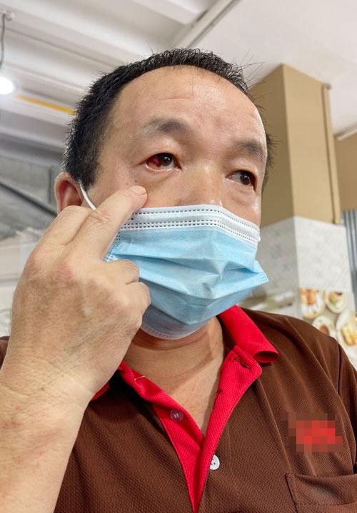 清洁工姜波声称,自己当天晚上被咖啡店的一名酒客打伤。