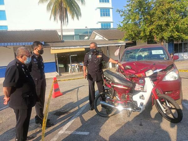 莫哈末诺(右)查看肇祸休旅车和死者骑乘摩哆。