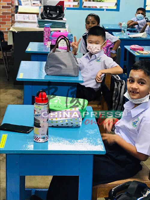 爱华德到淡米尔小学上课,一脸雀跃。