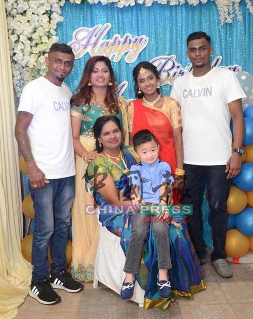 爱华德自小在印裔家庭长大,与拉美斯(后排左起)和苏巴一家的关系融洽。