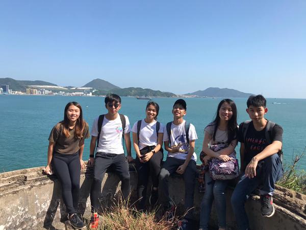 香港魔鬼山,左三为作者