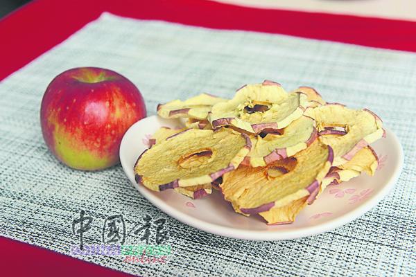 苹果干,依据口感选择完全去皮或保留部分,可直接食用或煲汤。