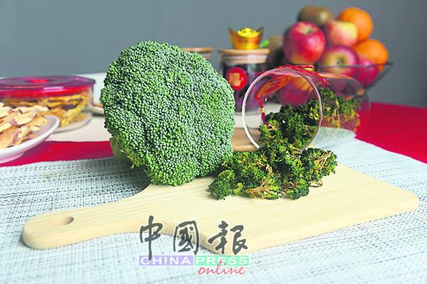 花椰菜先稍微氽烫再进行风干,口感清脆不会有涩味。
