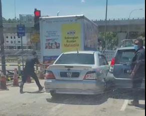 巡逻警察拦截匪车的现场情况。