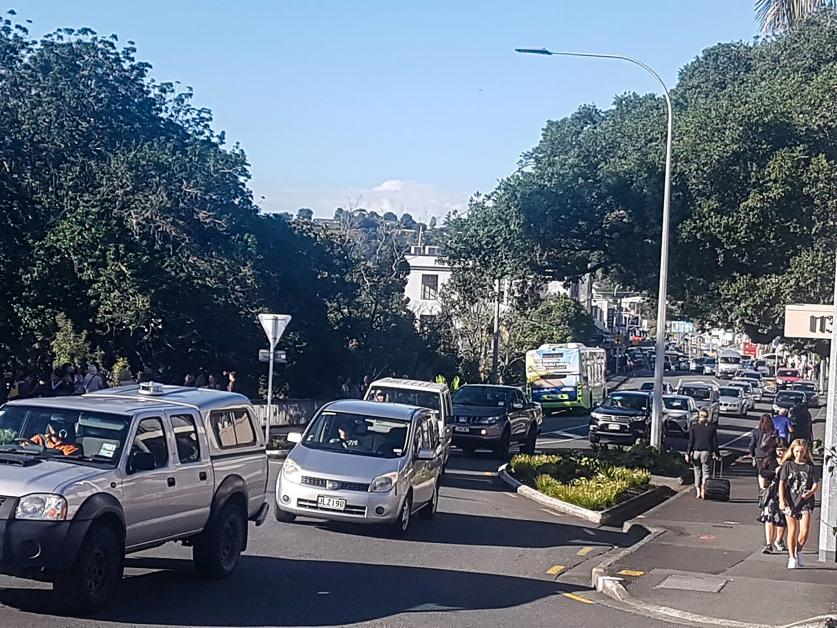 地震发生后,纽西兰北岛旺格雷市的民众纷纷驾车逃离,交通变得比较缓慢。(美联社)