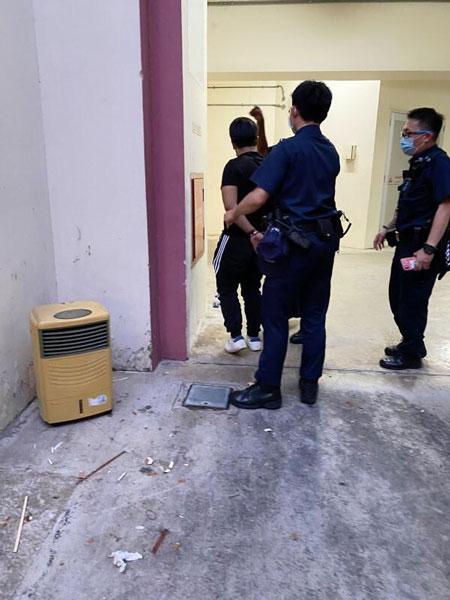 青年抢金链不果,事后被警方逮捕。(受访者提供)