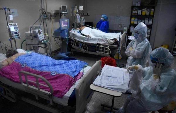 在巴拉圭一家医院的加护病房,医护人员在诊治新冠肺炎患者。(法新社)