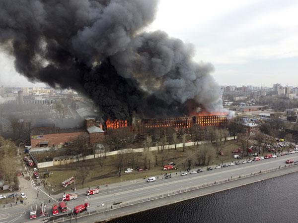 俄180年红砖厂陷火海  一名消防员殉职
