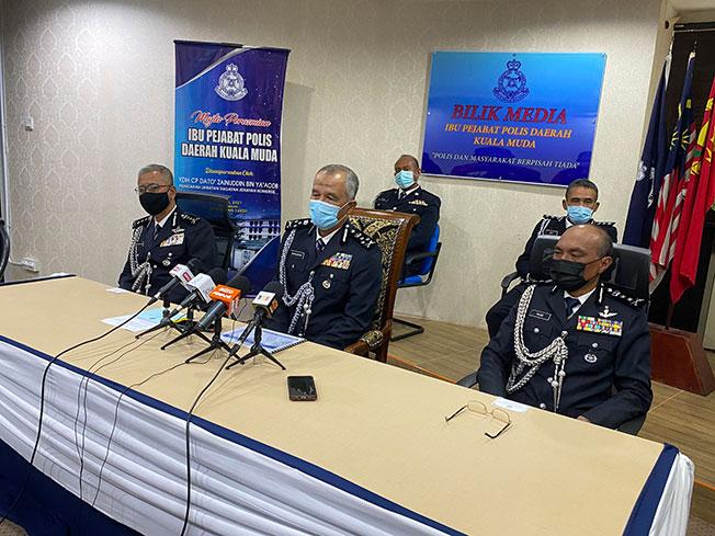 再努丁(左2)在记者会上发表谈话。左为吉打州总警长哈沙努丁。
