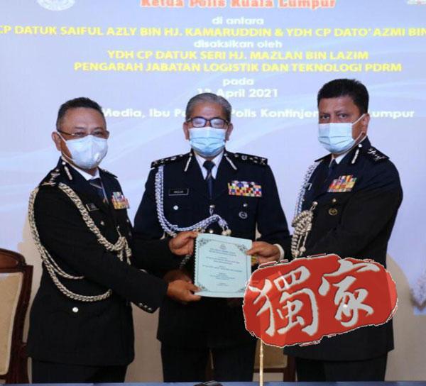 阿玆米(右起)在马玆兰见证下,从赛夫手中接过吉隆坡总警长职权。