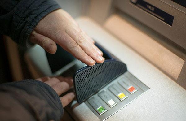 美国一名女子某日突然被通知,有一笔高达120万美元的存款入帐。