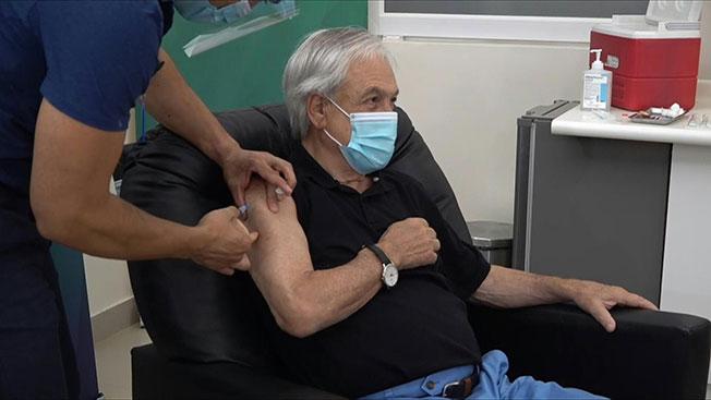 智利总统皮涅拉注射科兴疫苗的画面。