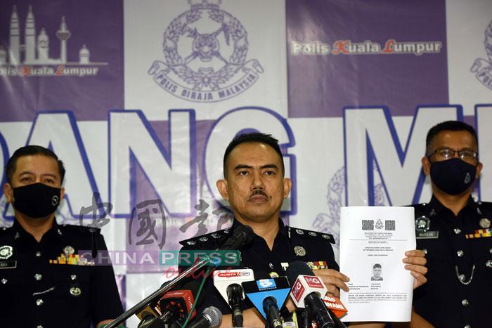 莫哈末再纳(中)和下属召开记者会,宣布警方的调查进展。