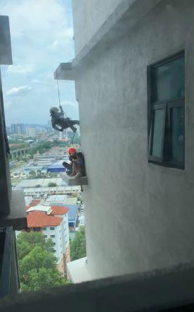 当女子情绪被安伏放弃自杀念头后,另一名消拯员从6楼外墙以绳子攀至5楼,成功解救女子。