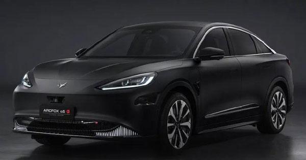"""中国华为与极狐联合开发的第一辆车""""极狐阿尔法S华为HI版""""。"""