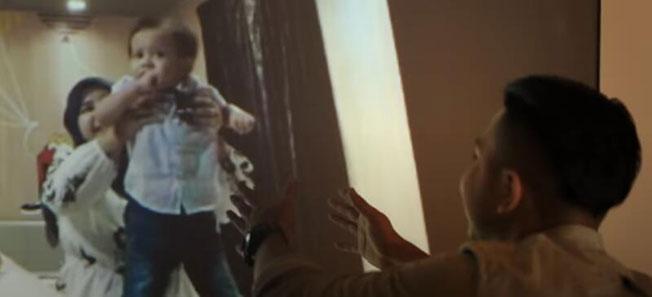 从大荧幕上看到女儿,桑苏里忍不住伸出手想抱抱孩子。(截取自视频)