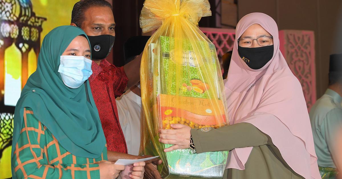 沙拉瓦南(中)颁发开斋节物品给社险机构职员。