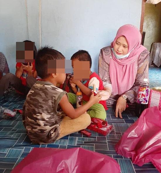 莎哈宁(左)探访妇女的孩子。