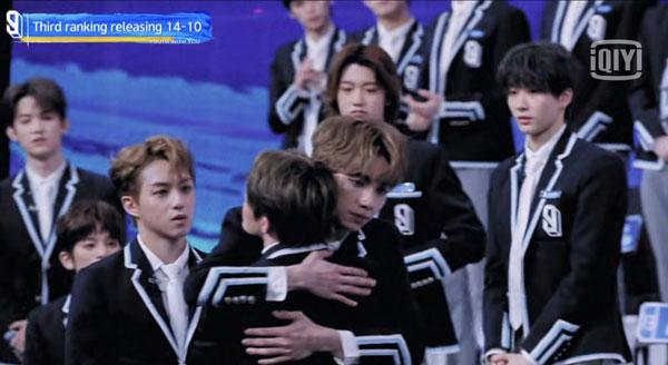 刘隽的排名公布后,其他训练生纷纷上前拥抱他。