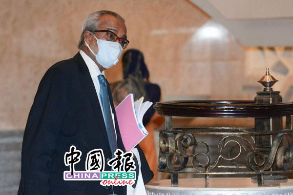 沙菲宜手持文件步向上诉庭,准备代表纳吉陈词。