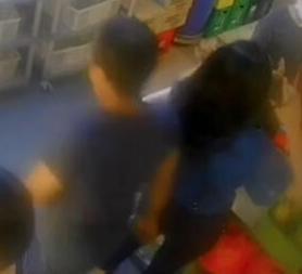 蓝衣男子经过时被指伸手的动作,全程被电眼拍下。(受访者提供)