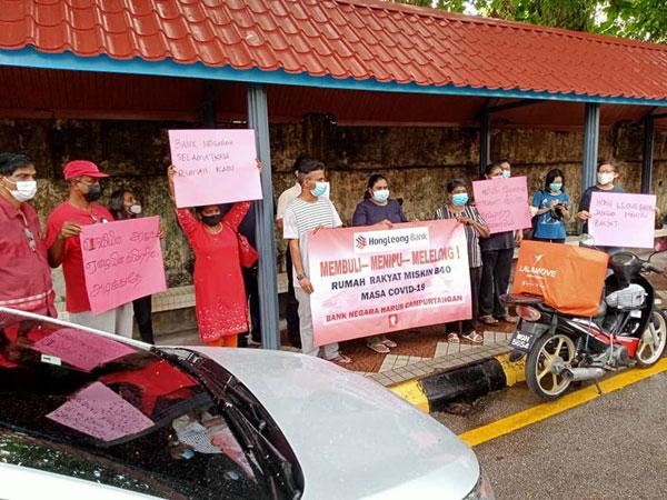 莉祖米母女到国家银行提呈备忘录,要求协助解决屋子被银行拍卖的问题,并拉横幅批评银行欺压。