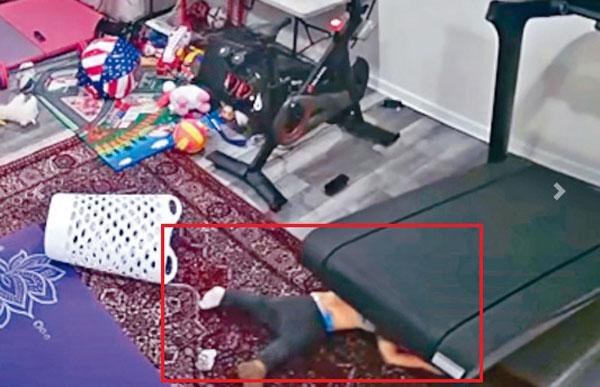美国消安会在官方YouTube频道上传影片,一名孩童上半身被卷进跑步机底下,所幸自行脱困。