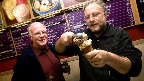 Ben and Jerry's两位创办人班科恩( 左) 和杰瑞葛林菲尔德。