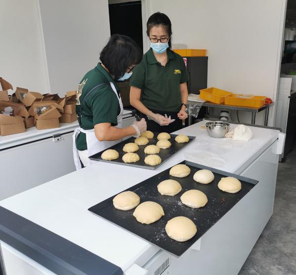 员工现场泡制新鲜的榴梿饮食品。