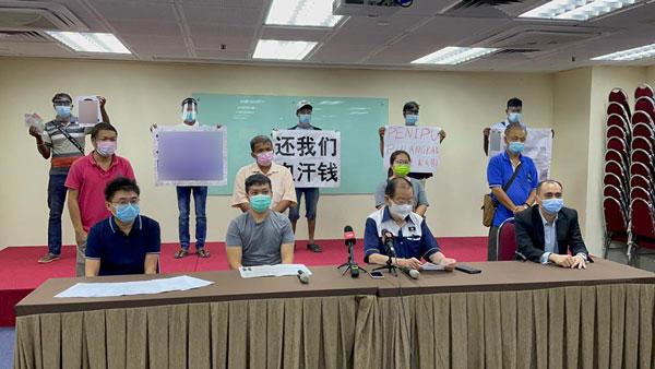 徐先生(坐者左2)率领供应商和外劳代表召开记者会,希望无良承包商出面解决债务。坐者右起为余家福、张天赐;左为王先生。