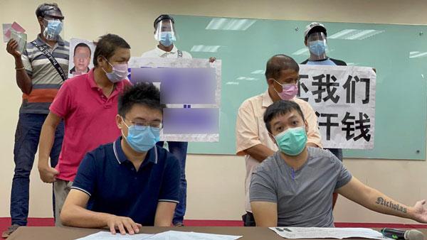 徐先生(坐者右起)和王先生去年自掏腰包资助外劳生活费。