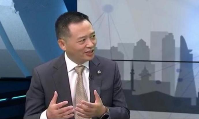 李春荣接受八度空间《财经十四行》访问。