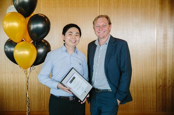 Kelvin Tan(左)完成HELP商业文凭课程后,往昆士兰大学考取商业学士一级荣誉学位及金融博士学位。图为他从该大学商学院执行院长安德鲁手中接领卓越教学奖项,他目前在该院任职副教授。