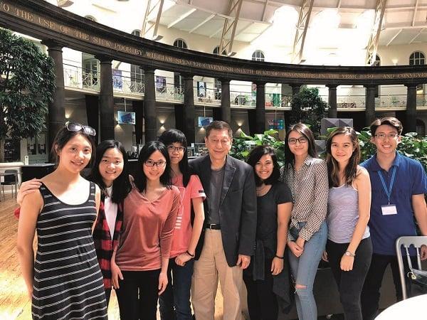 德比大学3+0项目的学生在英国校区考察期间提升学习体验。