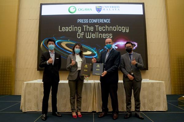 OGAWA(马来西亚)执行董事兼首席执行长拿督林美玲(左2)与Universiti Malaya工程学院院长Saad Mekhilef博士(右2)进行双方研究项目的正式信函移交及签署仪式,极力将最优质的健康产品带给国人。