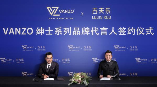 黄余兴(右)与古天乐进行签约仪式。