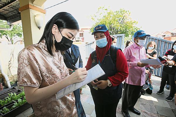 越南籍少女接受普查员调查。