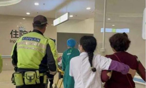 当地公安协助迅速将女童送到医院救治。