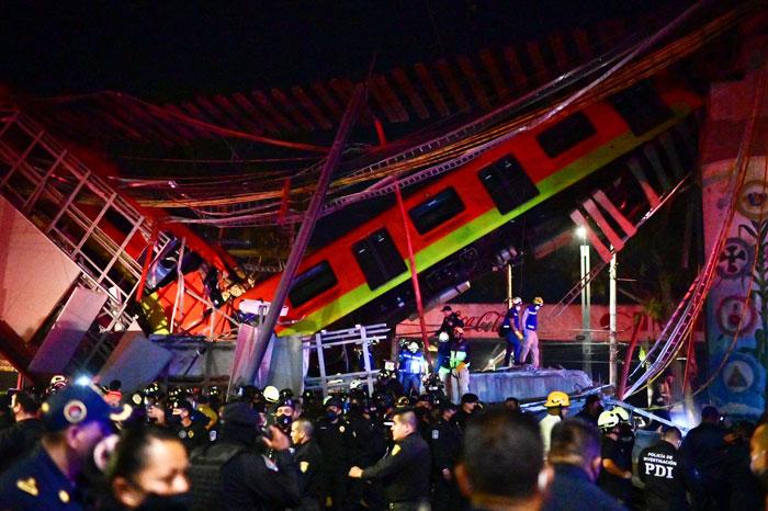 墨西哥高架桥崩塌,行驶中列车直接坠地。救援人员抵达现场展开搜救工作。(法新社)