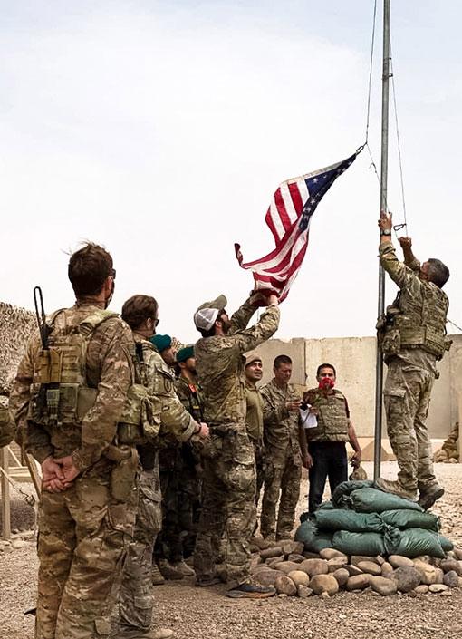 2021年5月2日在阿富汗赫尔曼德省南部的安托尼克营,美军降下美国国旗,并把军营交给了阿富汗部队。(欧新社)