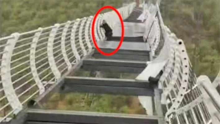 玻璃掉落后男子惊险自救。