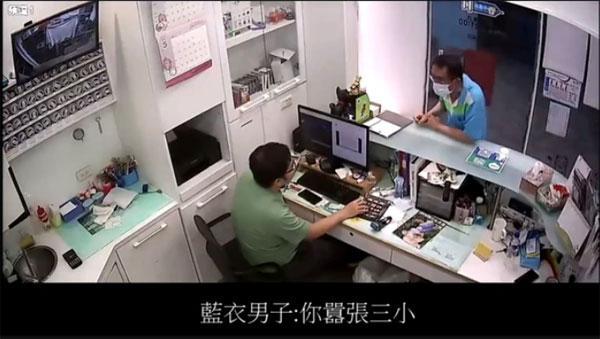邱医生今公布医院内的监视器画面,指他无辜被蓝衣男辱骂。