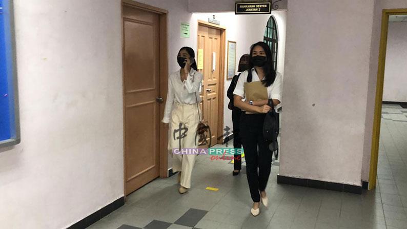 沈可婷(左)在两名友人的陪同下上庭自辩。