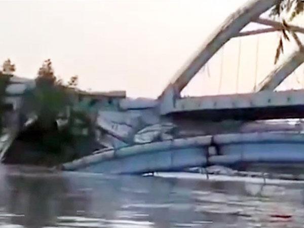 部分桥面掉入水中。